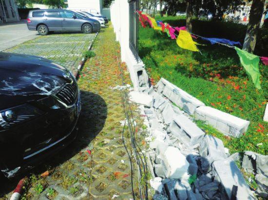 苏州两新手把油门当刹车 一个撞围墙一个撞房屋