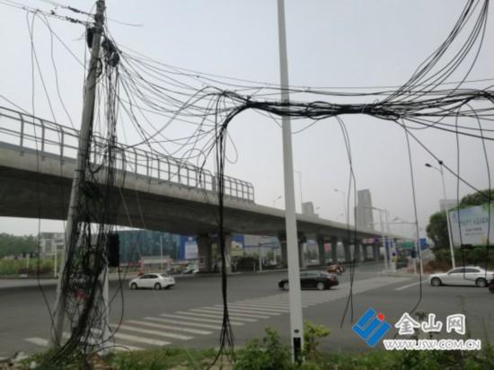 镇江谷阳路废弃线缆乱如蛛网 安全性令人担忧
