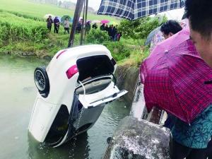 盐城盐都一汽车倒扣河中 村民破窗救人