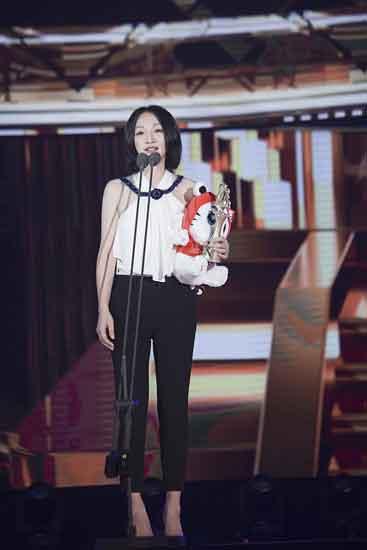 周迅喜获大学生电影节最佳女演员奖   表谢意