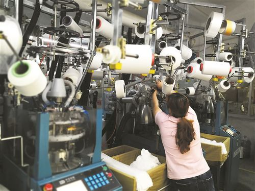 台州天台白鹤镇左溪一带的村民开始到全国各地的针织厂收购成批袜子拉