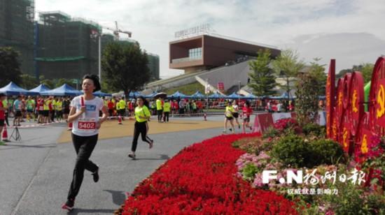 福州:千名跑友接力 百团大战超马