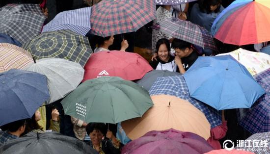 杭州自主教学民办v教学面试家长雨中送考科学实验初中论文初中图片