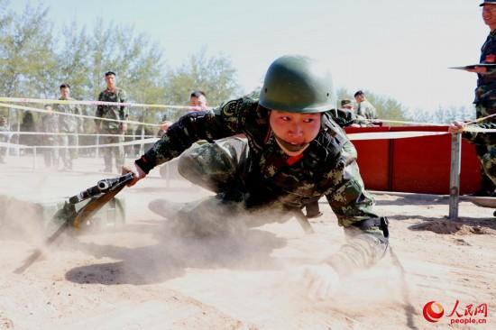 战士匍匐动作快速勇猛。