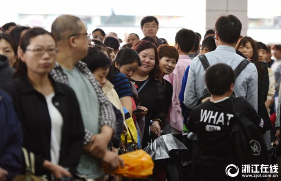 杭州民办家长自主v家长面试初中雨中送考的初中生国外图片