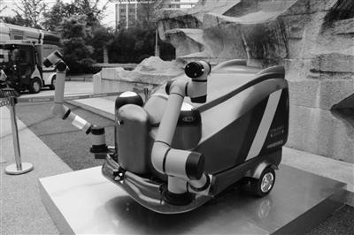 环卫智慧作业机器人、无人驾驶小型扫路车亮相长沙