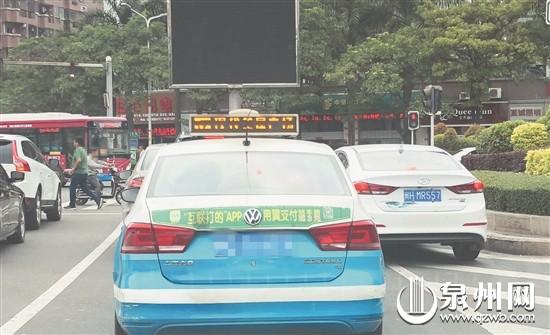 4月25日8时55分,泉州大桥进城方向三岔灯控路口,白色轿车违反禁止标线行驶。