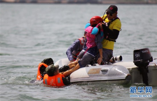 福建武警:防汛抢险演练中成功营救落水人员