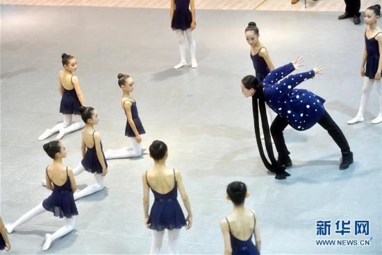(文化)(1)中芭原创舞剧《九色鹿》走进北京劲松四小