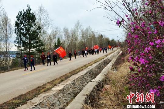 千余名徒步爱好者穿越杜鹃花海 王景阳 摄