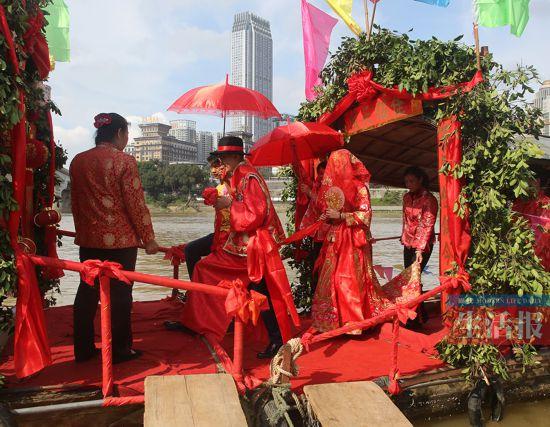 喜气洋洋!水上�D家婚礼在南宁邕江大桥畔重现(图)
