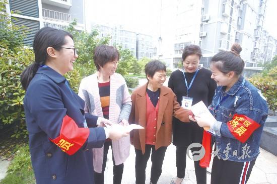 盐城大丰区朝阳社区工作人员走访慰问困难群众