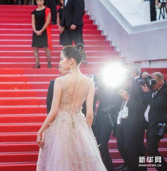 关晓彤身穿粉色仙女裙 戛纳助阵《江湖儿女》首映