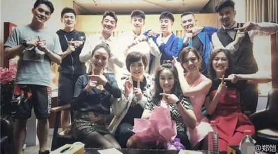 郑恺晒毕业10年合影 除了陈赫他的同学还有她们(图)