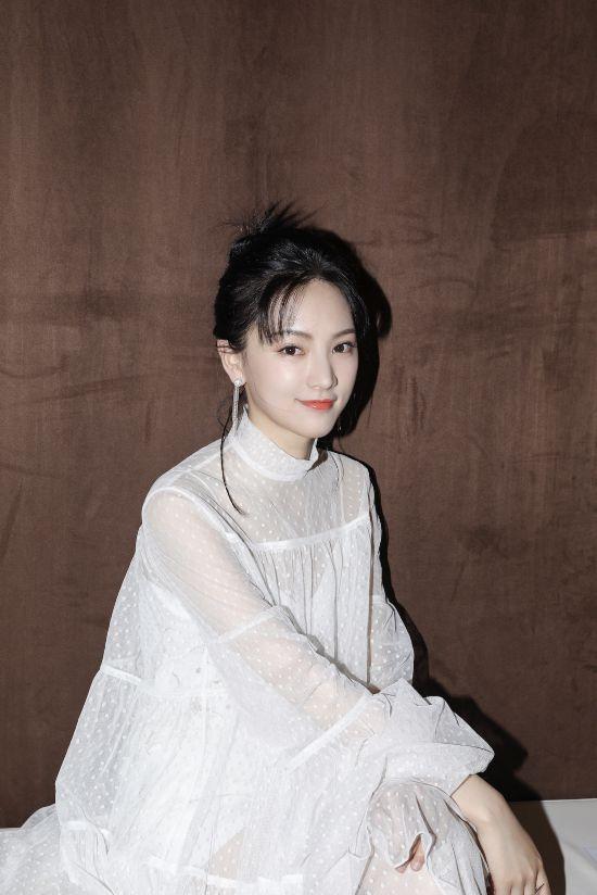 黄灿灿受邀出席品牌活动白衣胜雪仙气满分
