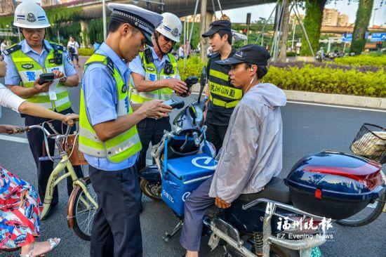 福州交警1小时查处24起非机动车交通违法 送餐员被罚