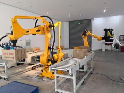 埃夫特的展示机器人正在搬运货物