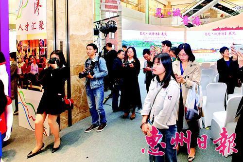 """今年3月,江苏体彩七位数开奖号码:""""见・识香港""""(惠州站)展览吸引大批市民参观。 本报记者钟畅新 摄"""