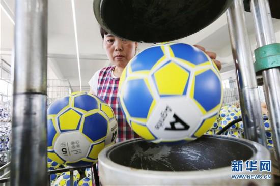江苏小镇足球生产忙