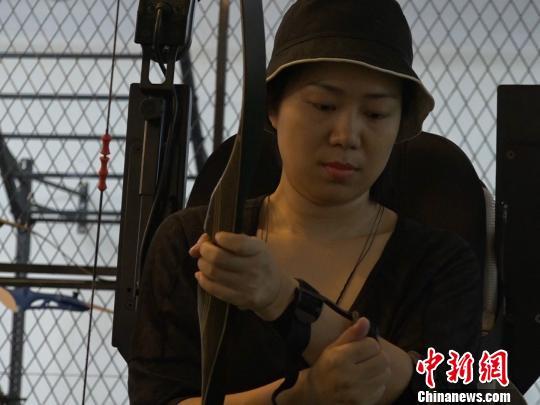 """女孩爱上弓箭运动因""""渐冻症""""梦想参加残奥会"""