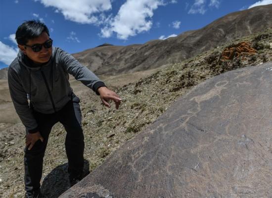 考察人员在查看称多县称文镇白龙村科哇岩画点的遗迹(5月14日摄)。 新华社记者 李贺 摄