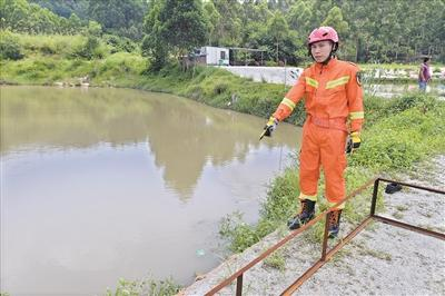 苏金标向记者讲述救助过程。