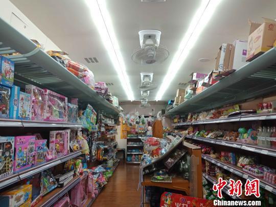 """绿皮火车""""开进""""西安小区""""变身""""花样超市引围观"""