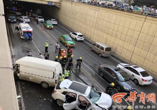 玉祥门越野车失控撞向面包车致2死6伤 司机或