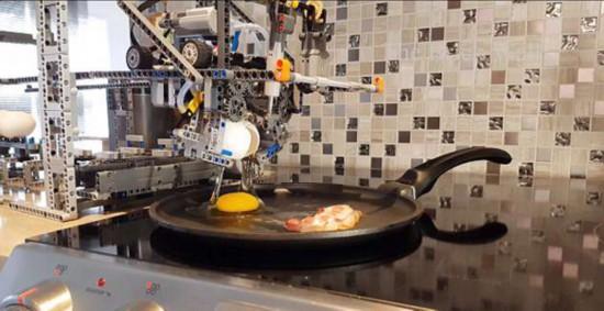 贊!網絡博主發明樂高早餐機器人會煎蛋