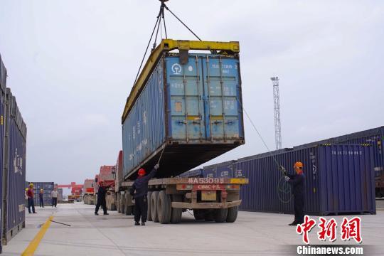 工人正在吊装集装箱。 刘宇俊 摄