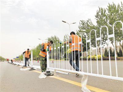 银川贺兰山东路安装道路护栏