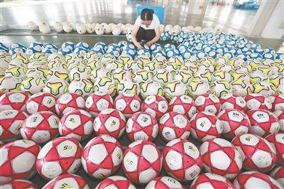 喜迎世界杯 南通海门企业生产足球忙