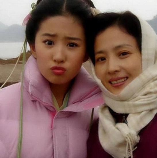 女星与妈妈同框 刘诗诗基因太好谢娜似复制粘贴
