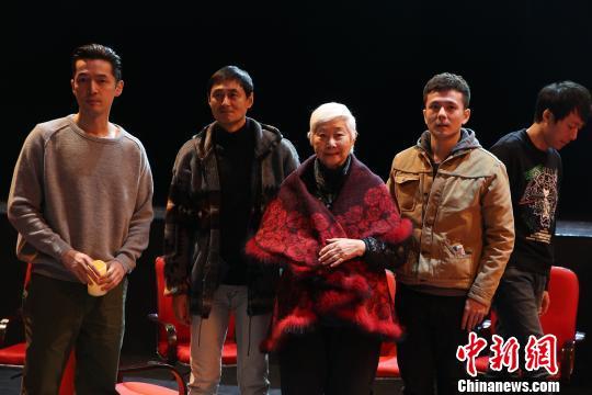 胡歌(左一)出演话剧《如梦之梦》 钟欣 摄