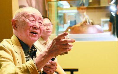 """年轻老头的""""行为艺术"""" 94岁黄永玉办紫砂壶展"""
