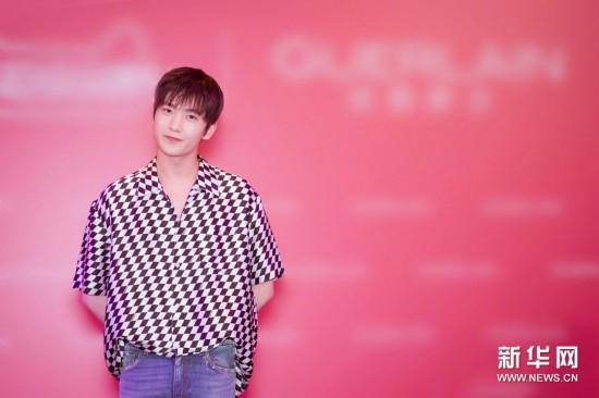 杨洋身穿格子衬衫亮相 造型清爽少年感十足
