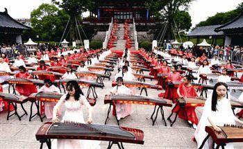 江苏泰州:百名古筝爱好者同奏古筝