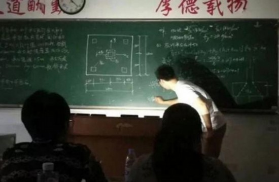 """教学楼突然停电 宿迁一老师用手机照明继续上课成""""网红"""""""
