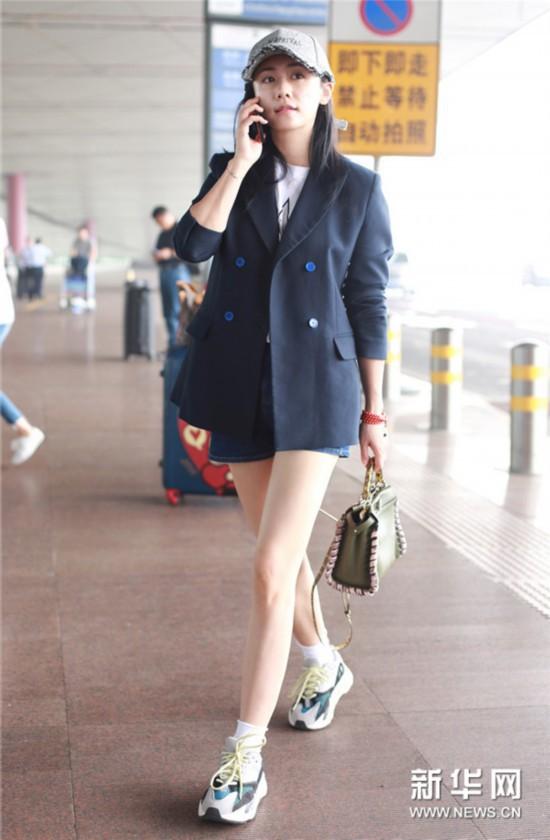 刘芸素颜现身机场 西装混搭运动袜少女感十足