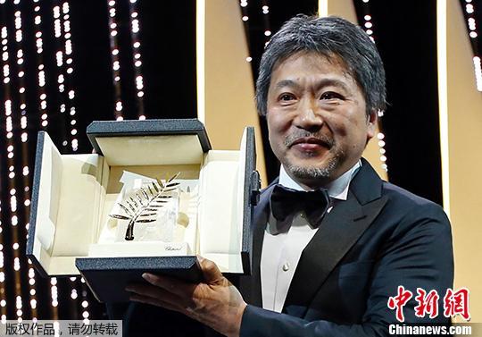 日本导演是枝裕和获得金棕榈奖。