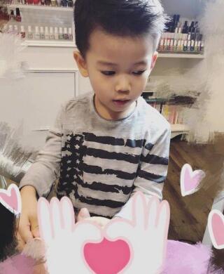 侯佩岑炫耀儿子为自己做美甲 小暖男五官精致帅气