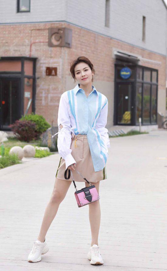 刘涛粉紫系夏装出街清新俏皮 灯笼袖运动风吸睛