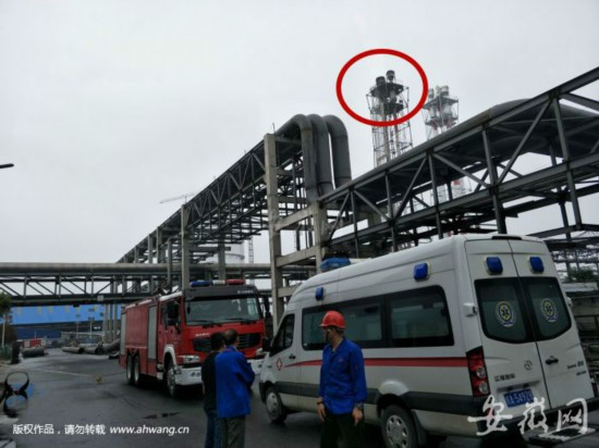 昨天下午,廠區內仍停著救援車輛。不遠處是發生泄漏的火炬(畫紅圈處)。