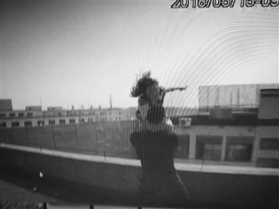 女子要跳楼1丹阳镇江动漫视频笔画简女生辅警一把拉回图片