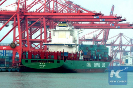 A bulk carrier freighted with goods on a pier in Lianyungang, East China [File Photo: Xinhua]