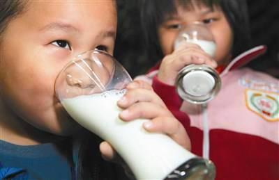 安徽推行班主任试喝牛奶制度 班主任意见大被叫停