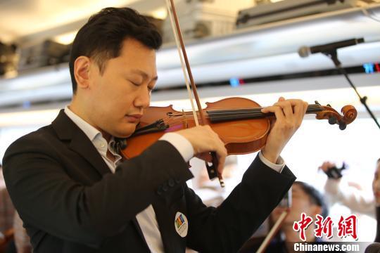 """五月音乐节公益演出六把小提琴奏响""""复兴号""""京津列车"""