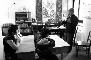 退休后义务校外辅导 无锡90高龄老师坚守讲台