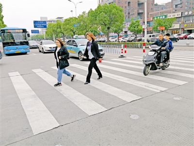 泰州首个行人过街预警系统亮相 减少事故发生