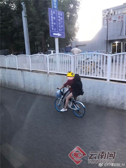 女子骑坐在男子肩上同骑一辆共享单车网友:活着不好吗?